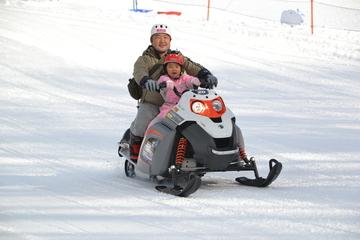 <span>手軽な10分体験コース</span>大人から子供まで専用コースでスノーモービル体験!!