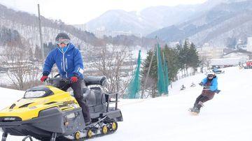 <span>新感覚のスノートーイング登場!</span>スノーモービルでボーダー、スキーヤーを引っ張ります!!